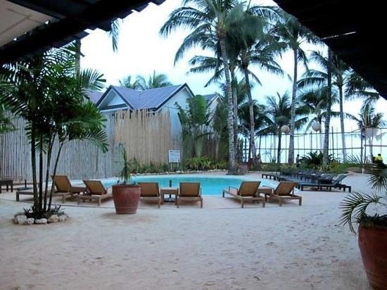 Microtel Inn & Suites by Wyndham Boracay: pool side beach