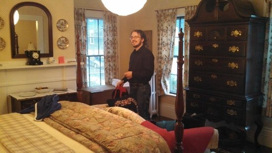 Nolan House B&B: Our room, with my boyfriend posing  ;-)