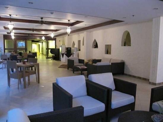 Microtel by Wyndham Boracay: resting area by lobby