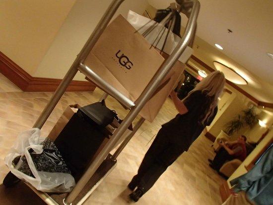 Hyatt Regency Huntington Beach Resort & Spa: 荷物を運んでくれます♡