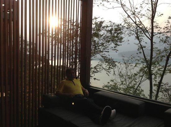 โรงแรม เดอะ ลาลู: テラスから湖を望む