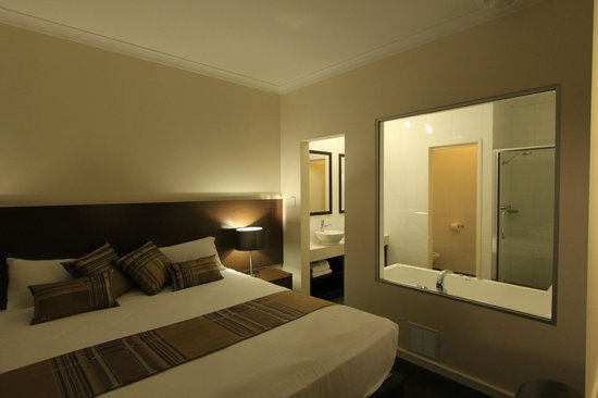 Country Comfort Inter City Hotel: hotel room