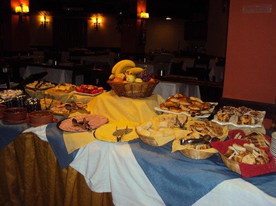 Sunset Hotel San Carlos Bariloche: Mesa de desayuno