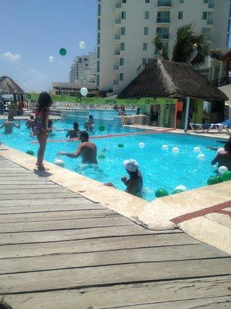 Oleo Cancun Playa: balloon fight at the pool