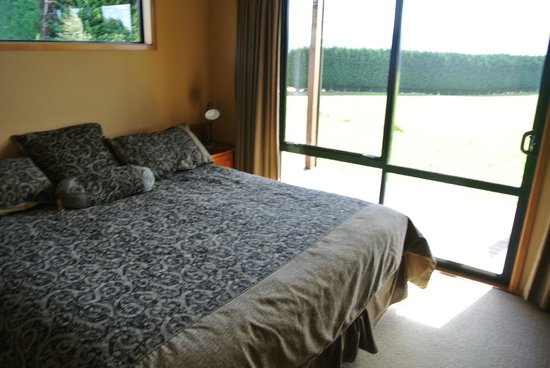 Glacial Rock B & B: Large queen bed with beautiful view