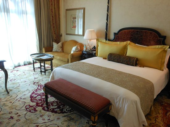 The Leela Palace New Delhi: ROOM WITH COMFORT BED & SPACE
