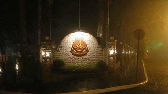 Hotel Recanto da Serra: Entrada em noite de inverno com cerração