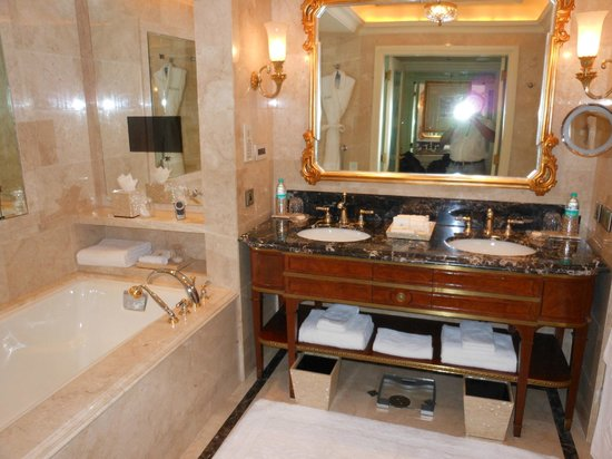 The Leela Palace New Delhi: BATHRROOM