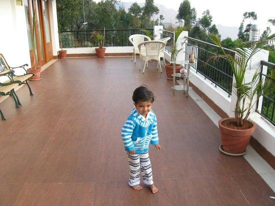 Mount 'n' Mist: kid enjoying big balcony