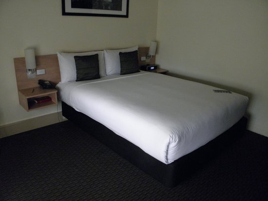 ibis Melbourne Hotel and Apartments: adequate size bed.