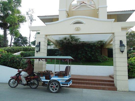 Sofitel Phnom Penh Phokeethra: Sofitel entrance