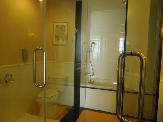 Sofitel Phnom Penh Phokeethra: Shower and restroom