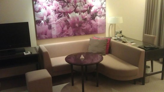 Austria Trend Hotel Savoyen Vienna: Sofa and work area