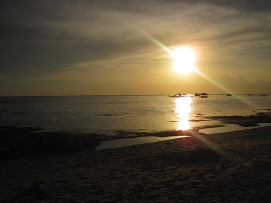 Coco Grove Beach Resort: Beach at sunset