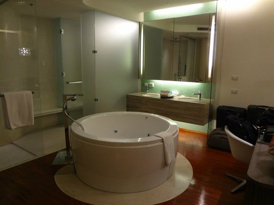 Hotel Baraquda Pattaya - MGallery by Sofitel: Deluxe Suite (Single Floor) - Jacuzzi pool right behind ur bed...