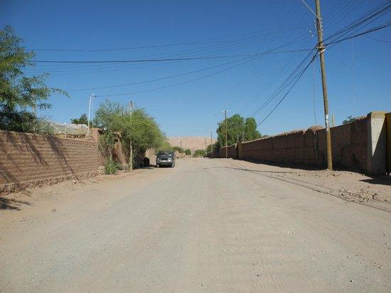 Hostal Elim: Strasse vom Hostel (links ist der Eingang)