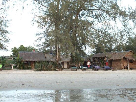 Castaways Beach Bar & Bungalows : rooms as seen from the beach