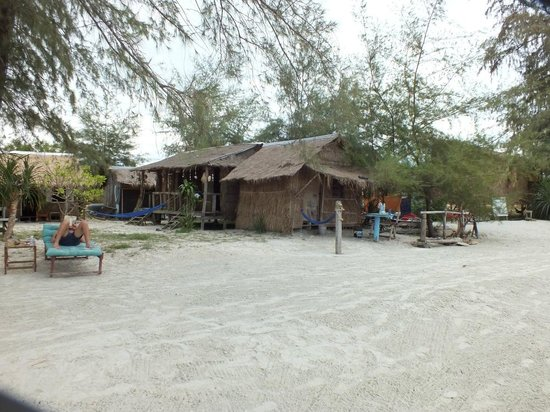 Castaways Beach Bar & Bungalows: bungalows are right on the beach