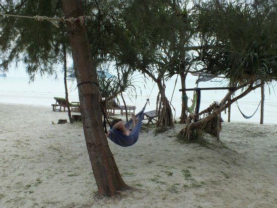 Castaways Beach Bar & Bungalows: good place to chill for sure