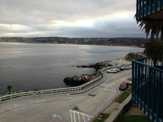La Jolla Cove Hotel & Suites: View from balcony of room 151 (5th floor) looking to the right (north)