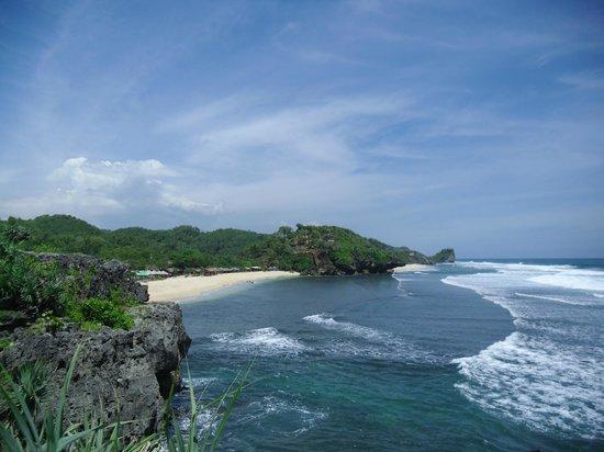 Pantai Sundak: Salah satu pemandangan dari atas karang