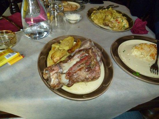 Τρίκαλα, Ελλάδα: Κότσι, κόκορας με χυλοπίτες, τυρόπιτα. Μάρτιος '13