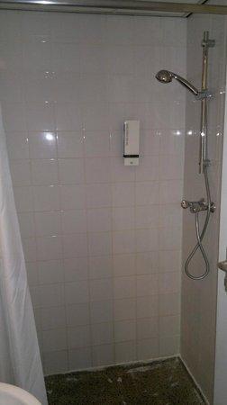 Hotel Victorie: Die Dusche im Badezimmer