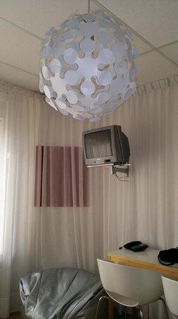 Hotel Victorie: TV Gerät und Lampe