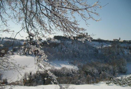 Chiaraluce Country House: Massignano con la neve