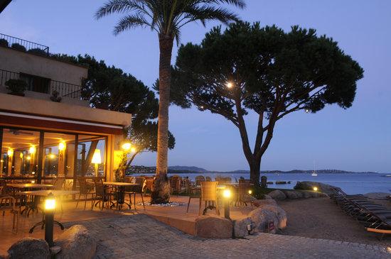 Hôtel le Goéland: Les jardins et le restaurant en début de soirée