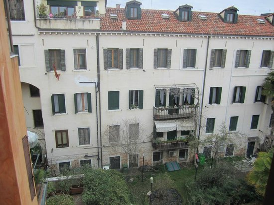 Hotel Agli Alboretti : View from the room window, to the back of the hotel