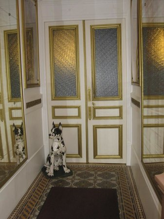 Hotel Ermitage : Durchgang zur Haustüre