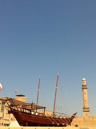 Arabian Courtyard Hotel & Spa: Devant l'hôtel (musée et mosquée)