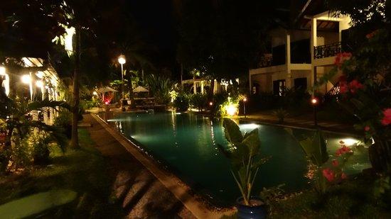 La Maison d'Angkor: piscine de nuit