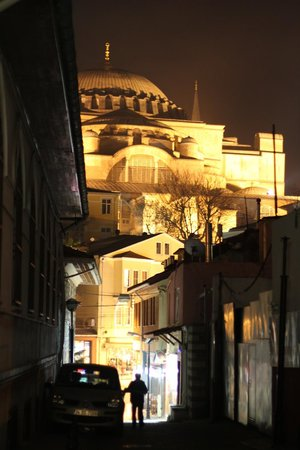 Zeynep Sultan Hotel: Hagia Sophia from front door of Zeynep Sultan at night