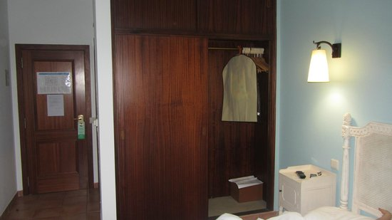 Hotel Parque das Laranjeiras : Small, gloomy and old room