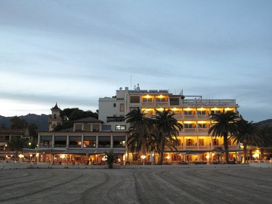 Voramar Hotel: View up from the beach