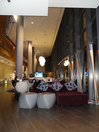 Petit espace restaurant et bar picture of pullman for Table bar petit espace
