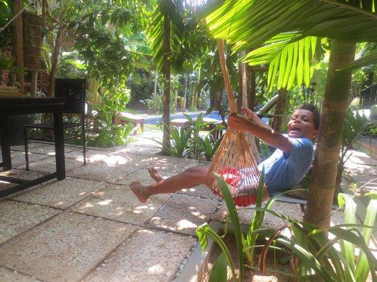 เพทิท วิลล่า บูทิค & สปา: Enjoying the hammock