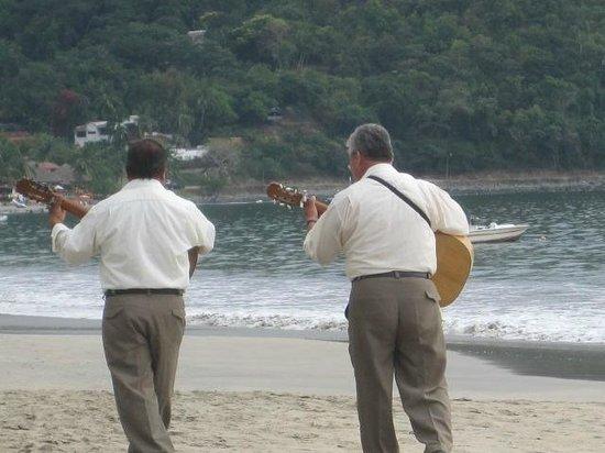 Playa la Ropa: hire a strolling musician