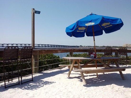 Tarpon Point Grill and Tiki Bar: Waterfront seating