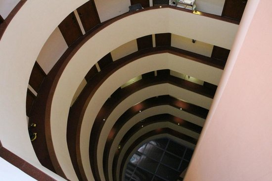 Robertson Quay Hotel: Looking down the middle of the hotel from the 10th floor