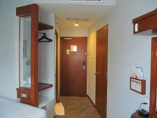 Robertson Quay Hotel: Looking towards front door