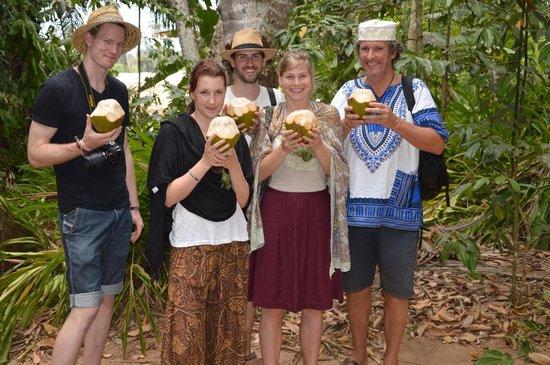 Menai Bay Beach Bungalows: Färsk kokosnöt