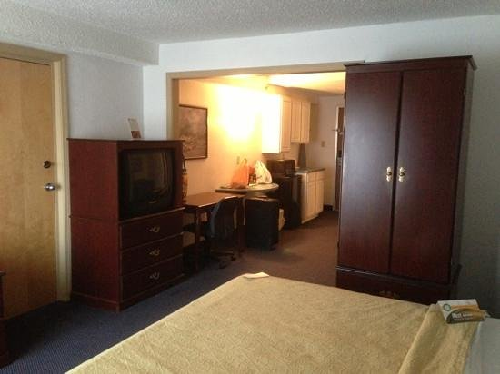Quality Inn & Suites Albany Airport: Reverse view from far end of room.