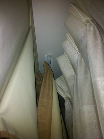 Holiday Inn Atlanta - Northlake: curtains that dont draw full