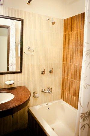 Hotel CJ International: Bathroom in Suite