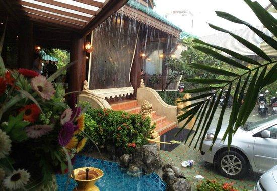 Baan Karonburi Resort: пережидаем ливень в ресторане