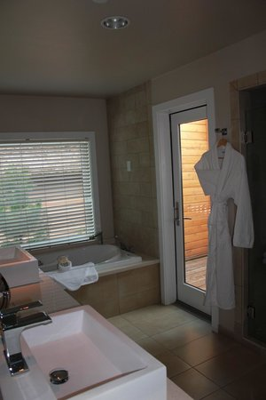 L'Auberge de Sedona: gorgeous bathroom with outdoor shower