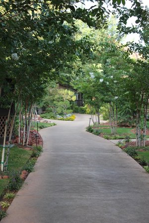 L'Auberge de Sedona: walkway to our cottage